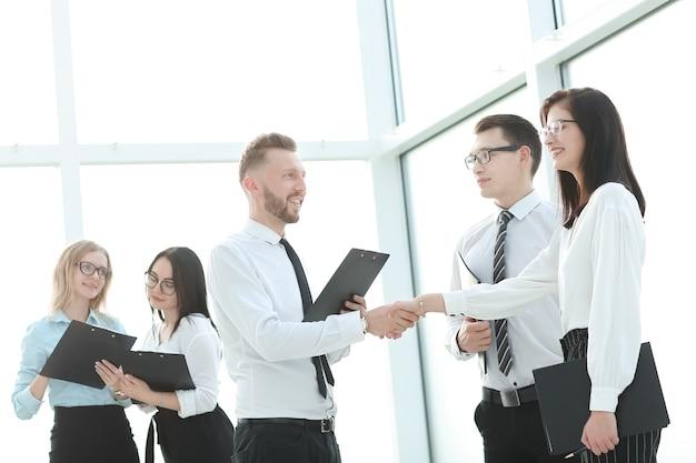 Деловая команда и рукопожатие сотрудников перед деловой встречей