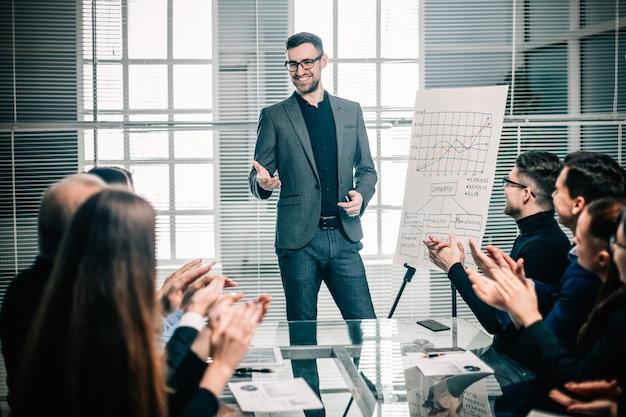 비즈니스 팀은 비즈니스 프레젠테이션에서 연사에게 박수를 보냅니다. 회의 및 파트너십