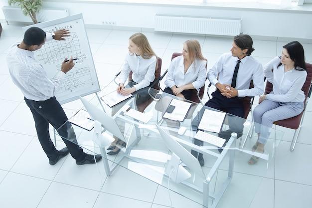 새로운 금융 프로젝트의 프레젠테이션에서 비즈니스 팀