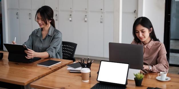 社会的距離を置いたcovid-19の後、ビジネスチームはオフィスに戻ります。アカウント、税金、財務の概念。