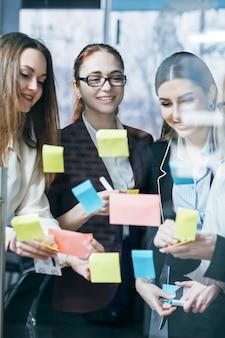 비즈니스 팀 브레인 스토밍. 성공적인 전략 개발. 아이디어를 공유하는 회사 직원.