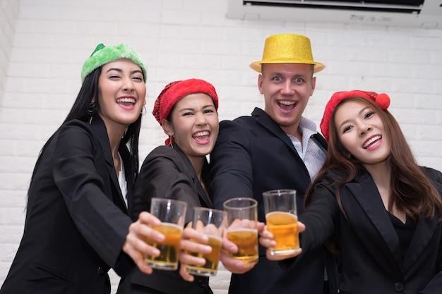 Concetto della festa di natale di celebrazione della squadra di affari all'ufficio