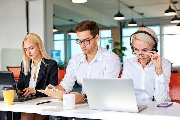 노트북에서 작업에 집중하는 비즈니스 팀