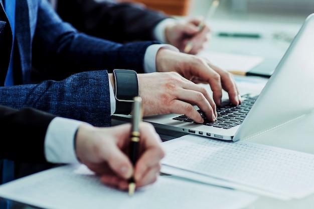 Бизнес-команда, проводящая анализ маркетинговых отчетов на рабочем месте в офисе