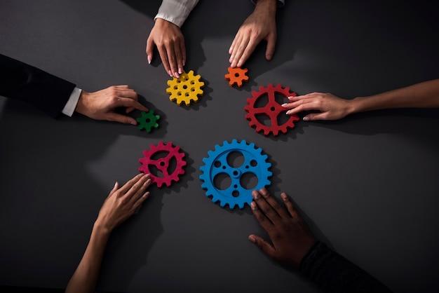 비즈니스 팀은 기어 조각을 연결합니다. 팀워크, 파트너십 및 통합 개념