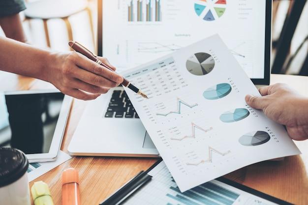 비즈니스 팀 컨설팅 회의 작업 및 새로운 사업 프로젝트 금융 투자 개념을 브레인 스토밍.