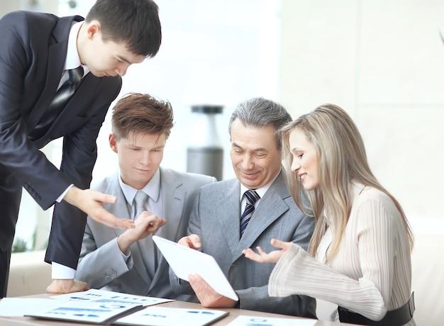 Деловая команда обсуждает новые идеи за офисным столом