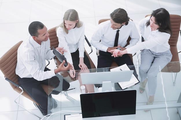 비즈니스 문서 비즈니스 개념을 논의하는 비즈니스 팀