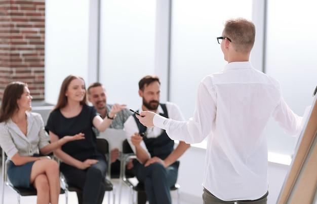 사무실에서 회의에서 새로운 사업 계획을 논의하는 비즈니스 팀. 비즈니스 개념
