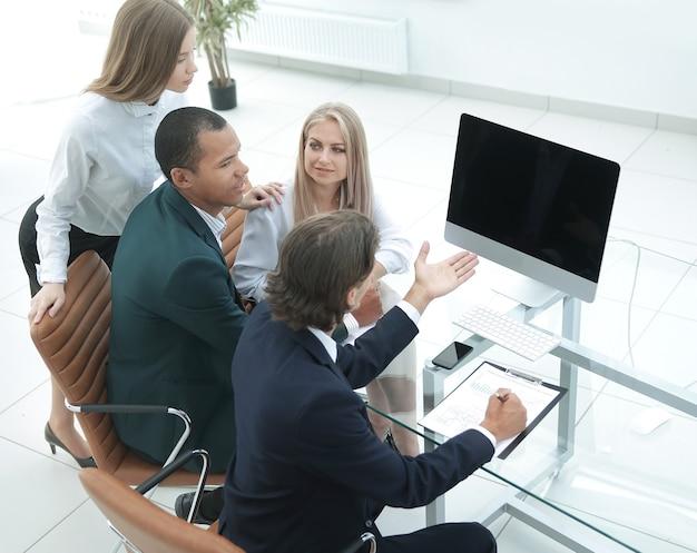 Бизнес-команда обсуждает новый бизнес-план