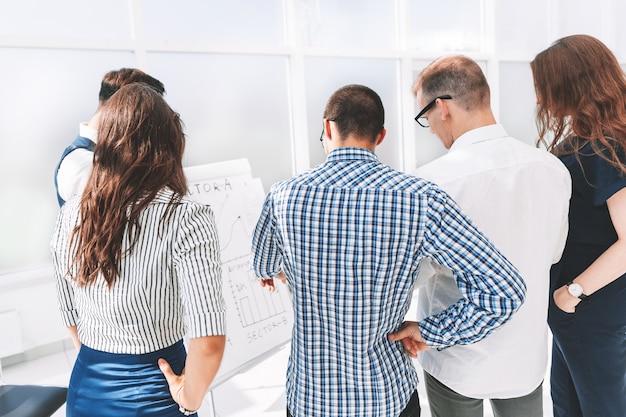 회사의 새로운 전략을 논의하는 비즈니스 팀