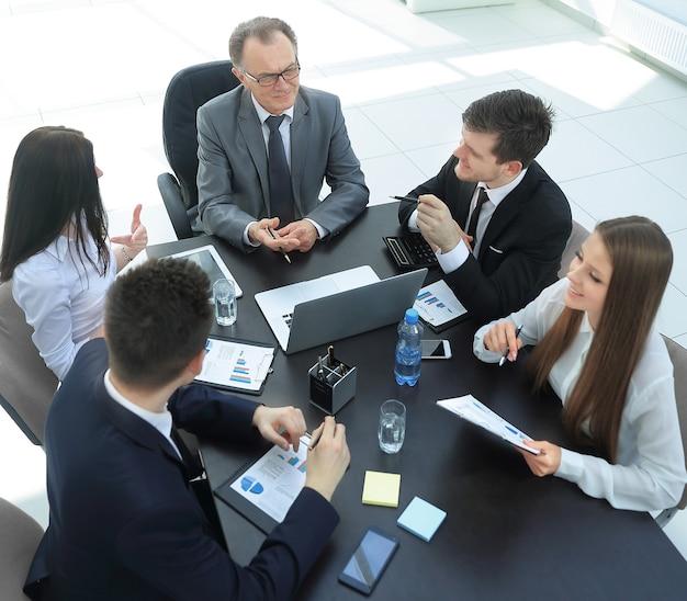 비즈니스 문제를 논의하는 비즈니스 팀.