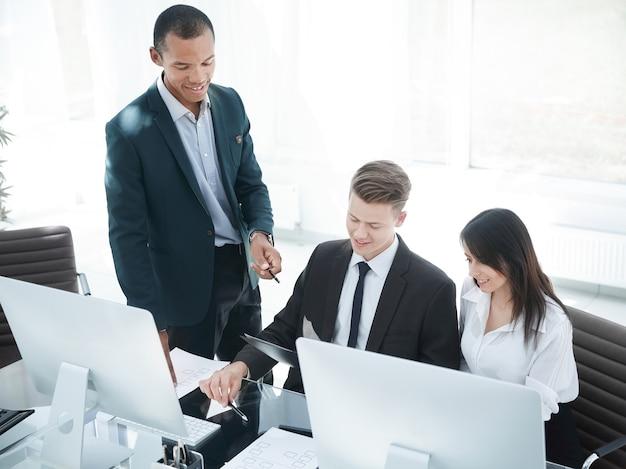 Деловая команда обсуждает деловые документы на рабочем месте