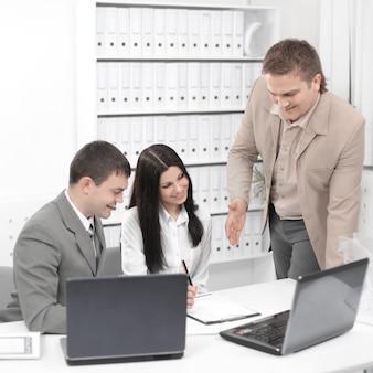 비즈니스 문제를 논의하는 비즈니스 팀, 사무실 책상 뒤에 앉아
