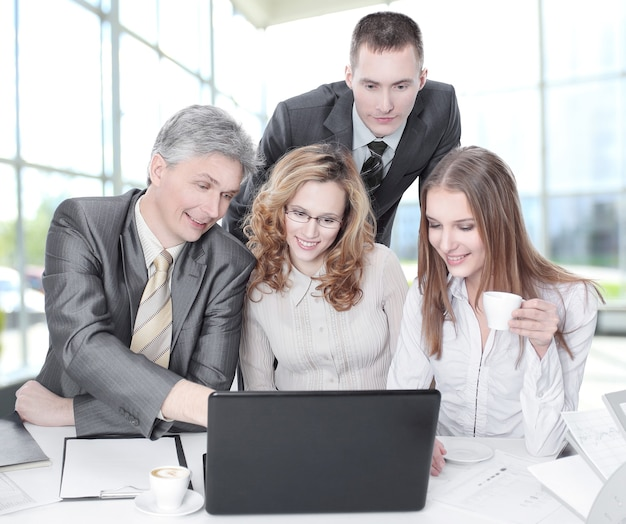 Деловая команда обсуждает деловые вопросы, сидя за столом