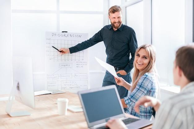 新しいプロジェクトの財務データについて話し合うビジネスチーム
