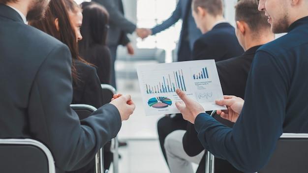 会議室で財務データについて話し合うビジネスチーム。チームワークの概念