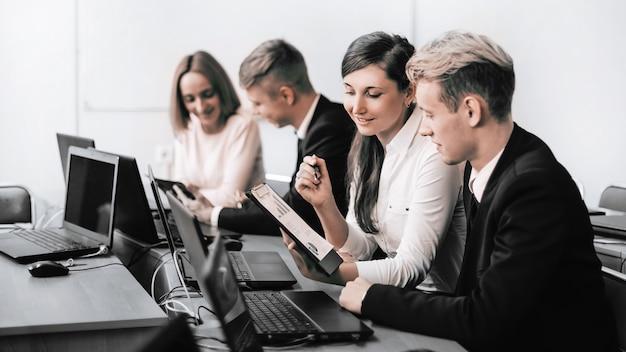 財務データについて話し合うビジネスチーム