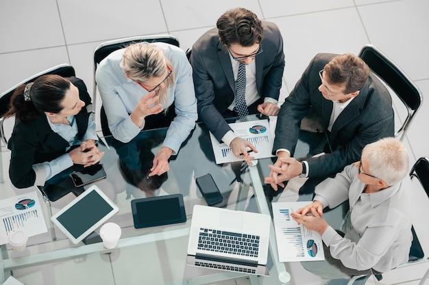 Деловая команда обсуждает финансовые вопросы на рабочей встрече