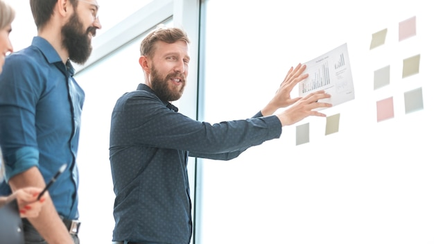 사무실에 서 금융 일정을 논의하는 비즈니스 팀. 복사 공간 사진