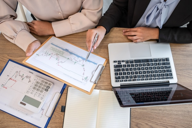 Деловая команда обсуждает партнерское сотрудничество для планирования инвестиционного торгового маркетингового проекта