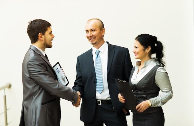 최신 재무 결과를 논의하는 비즈니스 팀