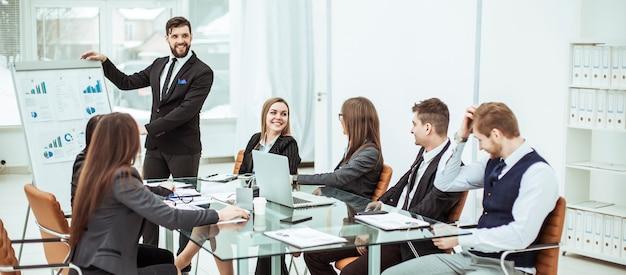 사무실에서 직장에서 새로운 금융 프로젝트의 프레젠테이션을 논의하는 비즈니스 팀