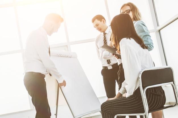 新しいオフィスでのプロジェクトのプレゼンテーションについて話し合うビジネスチーム。チームワークの概念