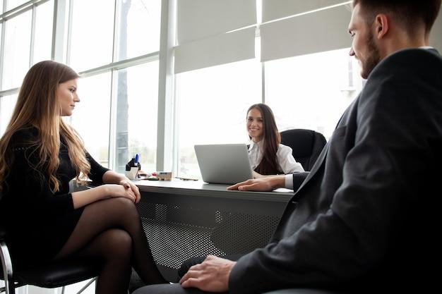 オフィスで一緒にビジネスプランを議論するビジネスチーム。