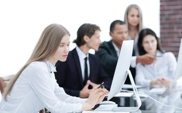 관리자 업무 문제를 논의하는 비즈니스 팀