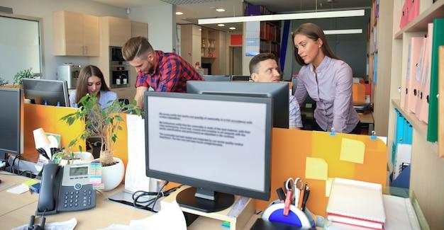 비즈니스 팀 토론 고객 서비스 개념입니다.