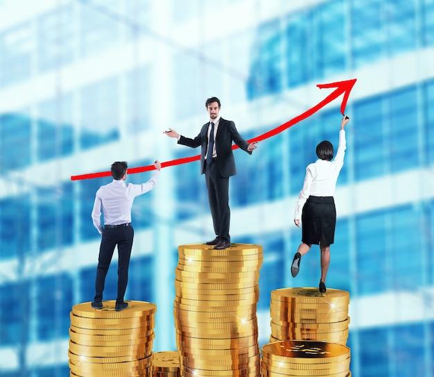 ビジネスチームは、お金の山の上に会社の統計の成長する矢を描きます