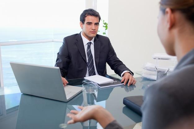 Бизнес-группа во время встречи