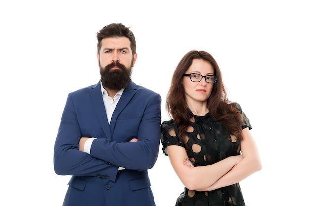 Деловая команда. официальный модный дресс-код. командная работа и сотрудничество. деловые люди. деловая пара, изолированные на белом. команда бородатого мужчины борода и сексуальная женщина. власть команды офиса. выглядит идеально.