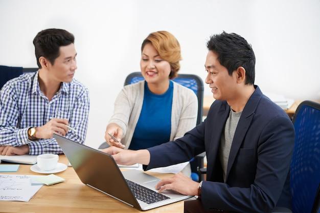 レポートを議論するために集まったビジネスチーム