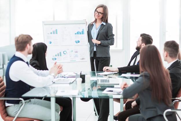 ビジネスチームは、会社のビジネスパートナー向けに新しい財務プロジェクトのプレゼンテーションを行います。