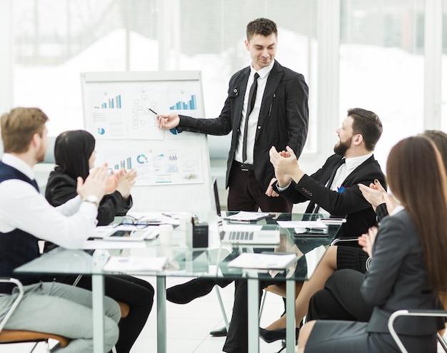 Деловая команда проводит презентацию нового финансового проекта для деловых партнеров компании.