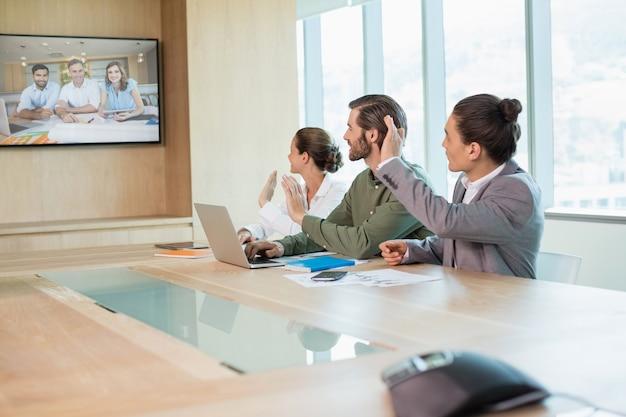 別のビジネスチームとのビデオ会議を持つビジネスチーム