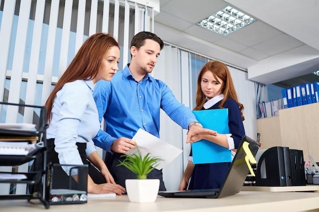 문서와 통신하는 사무실에서 비즈니스 팀