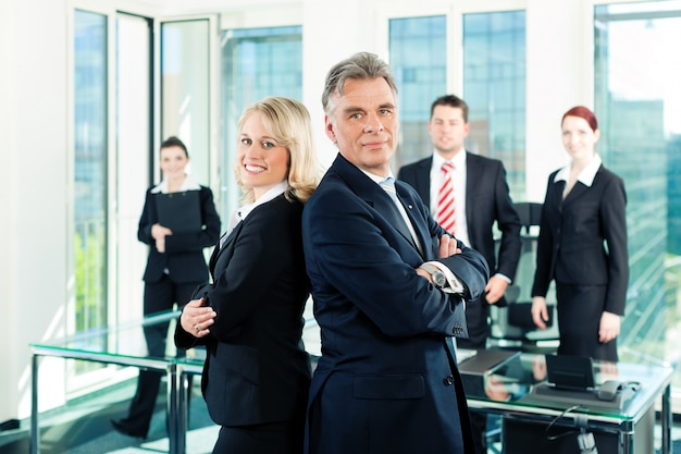 Бизнес - команда в офисе