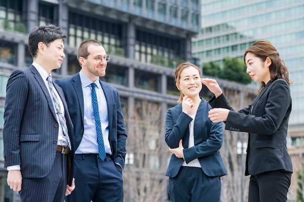 ビジネス地区で話しているスーツのビジネスチーム