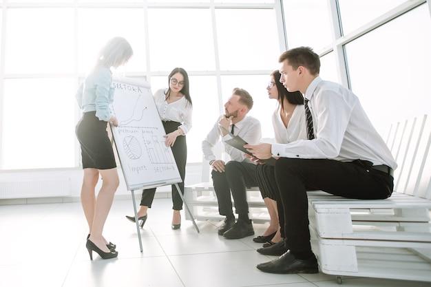 새 사무실의 비즈니스 팀이 그들의 가능성을 논의하고 있습니다. 스타트 업의 개념