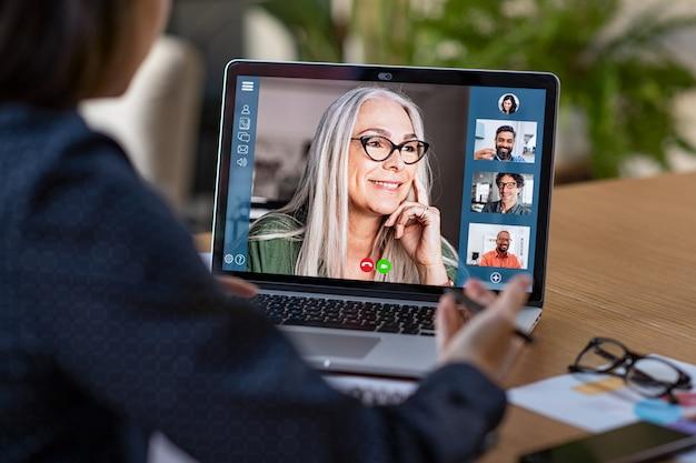Бизнес-команда в видеоконференции