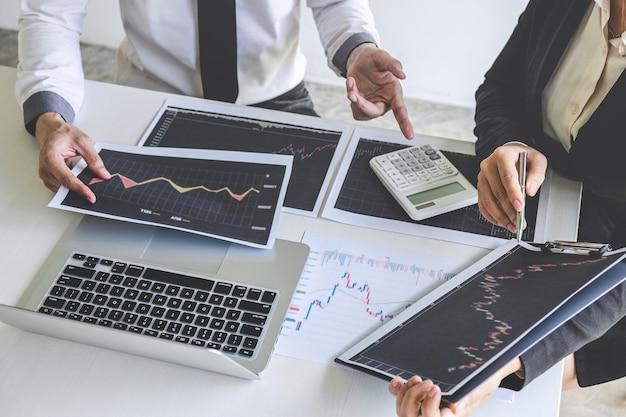 Инвестор бизнес-команды на встрече с планированием и анализом партнерского сотрудничества в инвестиционном торговом маркетинговом проекте, указанием на представленные данные и сделкой на бирже с целью получения прибыли.
