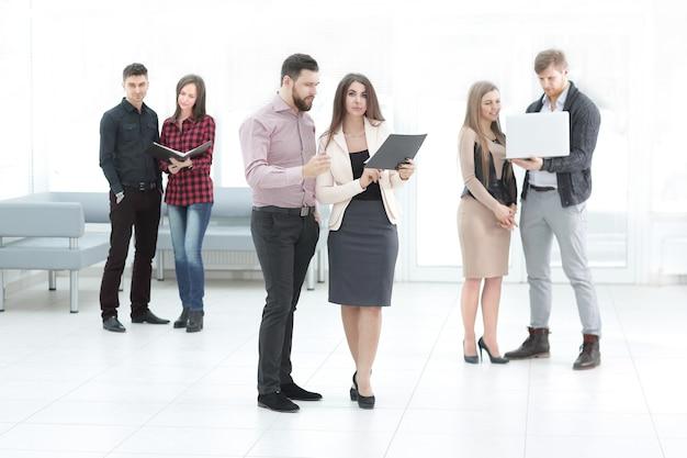 비즈니스 팀은 사무실 홀에서 워크샵을 기다리고 있습니다.