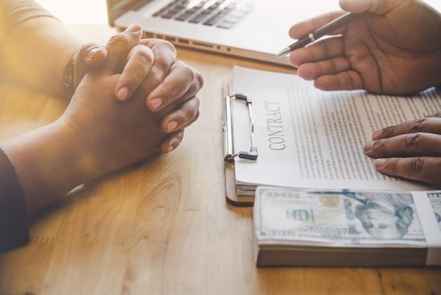 Бизнес-команда работает над бухгалтерскими документами, а команда работает вместе, чтобы представить работу и помочь решить проблему.
