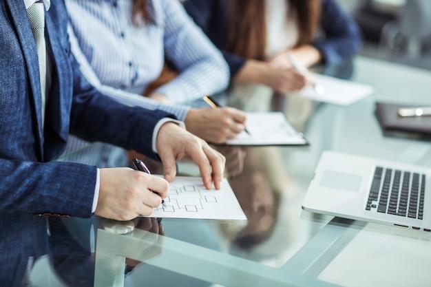 ビジネスチームは職場で財務書類を扱っています