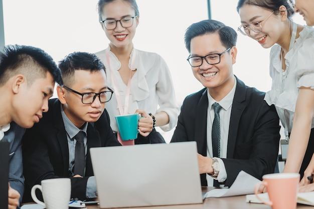 비즈니스 팀장이 직원에게 향후 작업 계획에 대해 설명합니다.