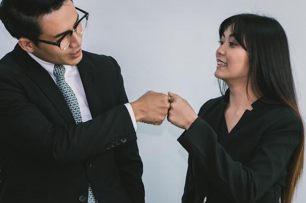 Бизнес-команда делает удар, когда успех расширения бизнеса