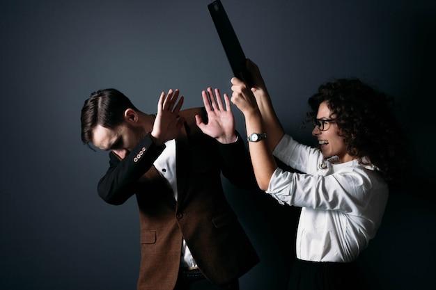 ビジネスチームの男性と女性のサラリーマンは笑って喧嘩します